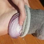 beneficios de colocar cebolla bajo los pies